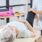 Femme âgée qui consulte un ostéopathe pour soulager ses douleurs articulaires au niveau du genou