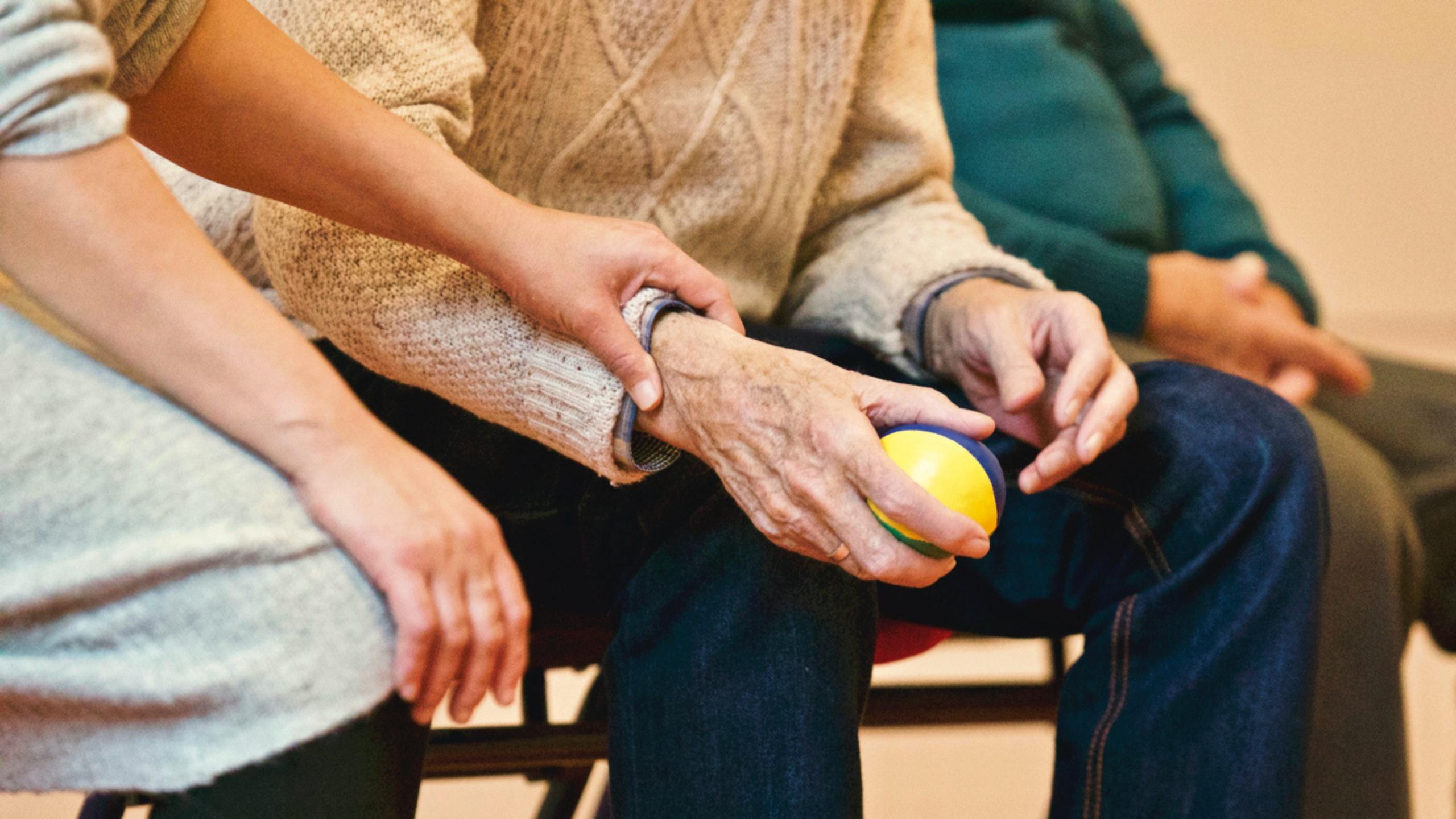 Personne âgée souffrant d'arthrose qui séjourne en maison de retraite