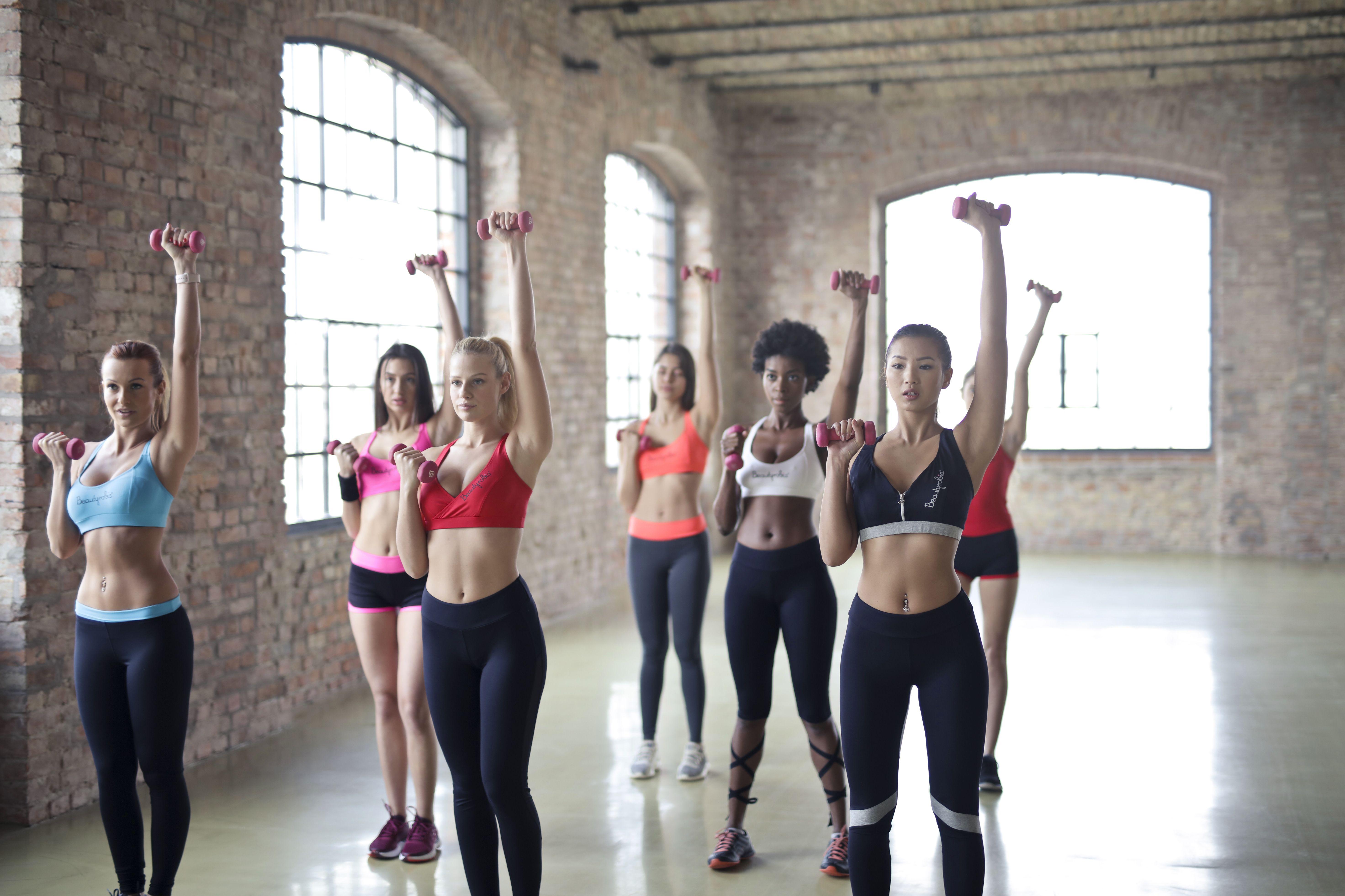 Cours de fitness collectif dans une salle de musculation